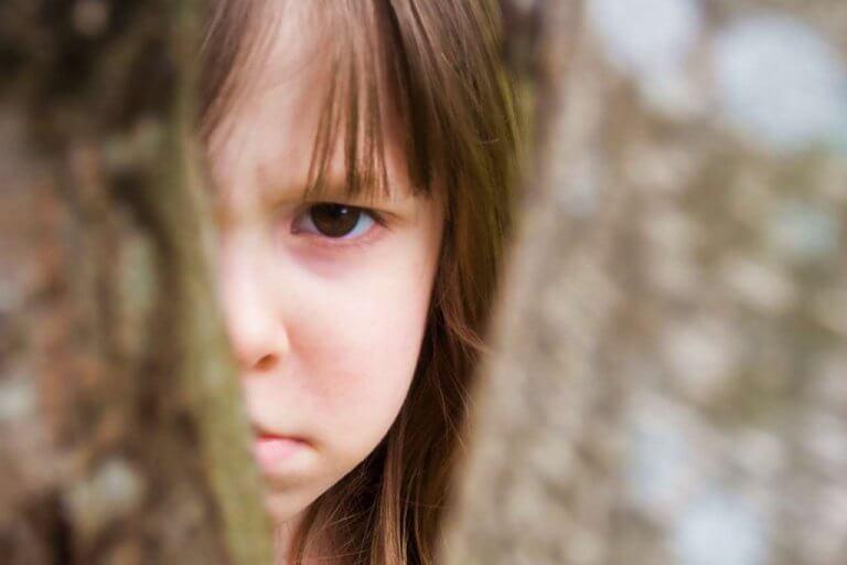 surullinen tai vihainen lapsi