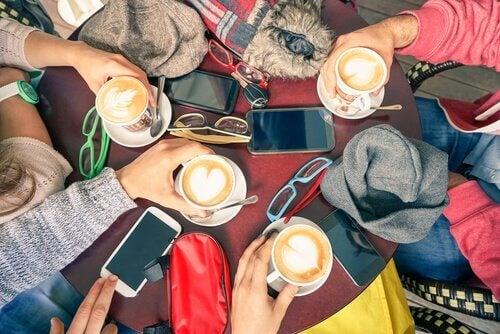 kahvi, ystävät ja puhelimet
