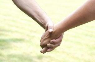 käsi kädessä toiseen luottaminen