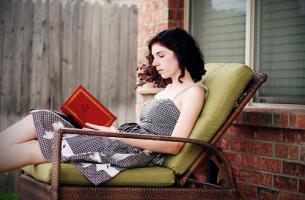 rentoutuminen kirjan ääressä