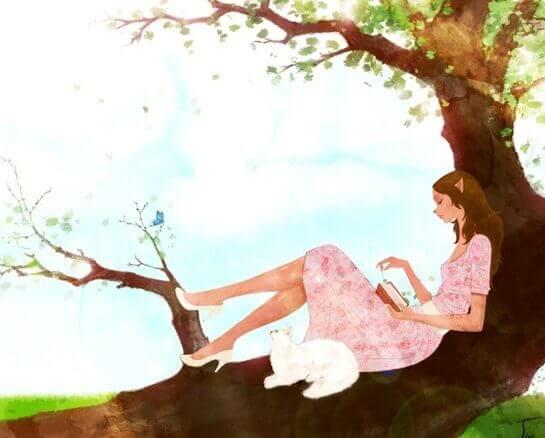 lukee kirjaa puussa