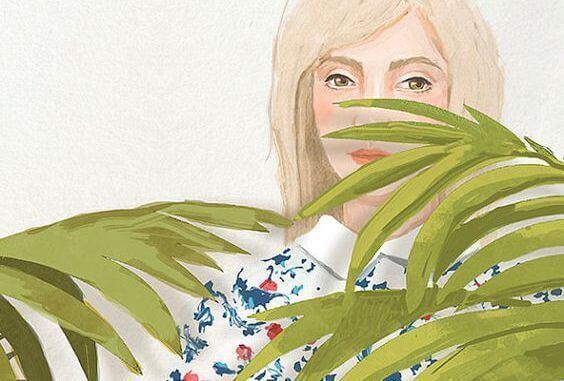 nainen kasvin takana