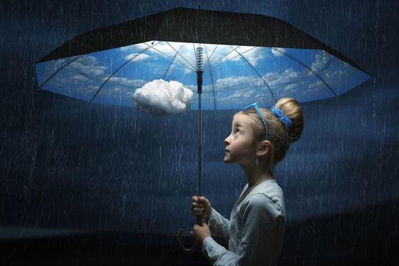 sininen taivas sateenvarjon sisällä