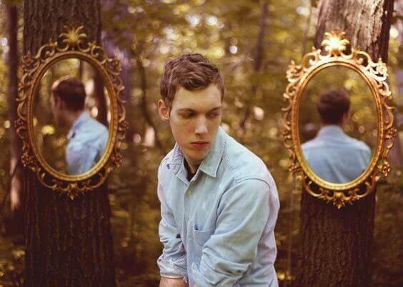 mies ja peilit metsässä