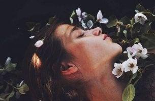 nukkuva tyttö ja kukat