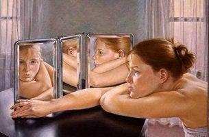 tyttö katsoo peilistä