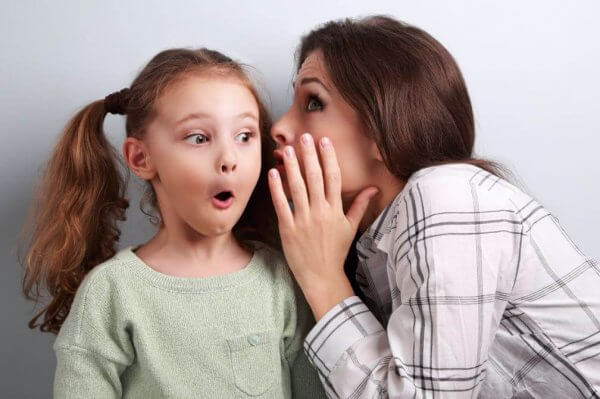 lapsi hämmästyy salaisuudesta