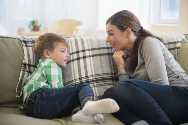 lasten kanssa neuvotteleminen sohvalla