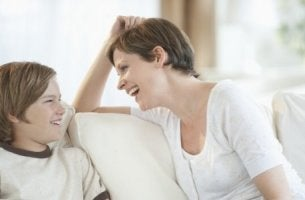 äiti ja poika juttelevat sohvalla