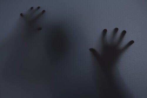 Kädet pimeydessä