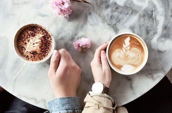 mies ja nainen kahvilla