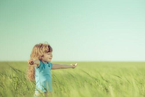 tyttö pellolla