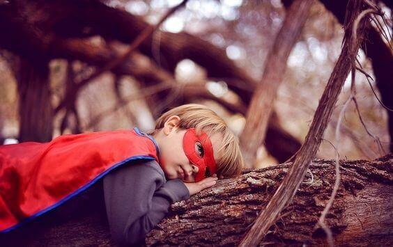 lapsi leikkii supersankaria