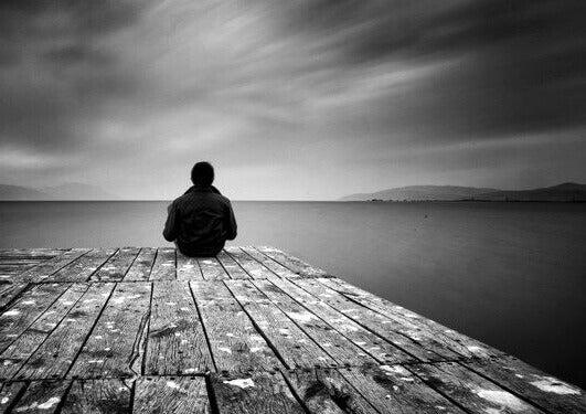 sosiaalinen eristyneisyys näkyy ihmisten yksinolona