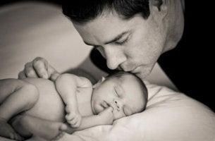 isä ja pieni vauva