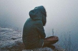 tyttö istuu yksin kylmissään