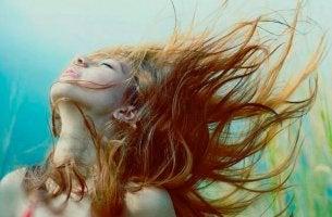 nainen nauttii vapaudestaan