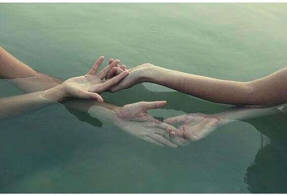 yhteen kietoutuneet kädet