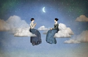naiset istuvat pilvien päällä