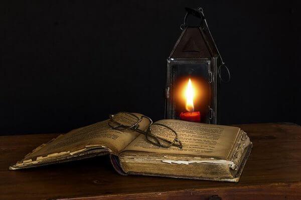 kirja ja kynttilä