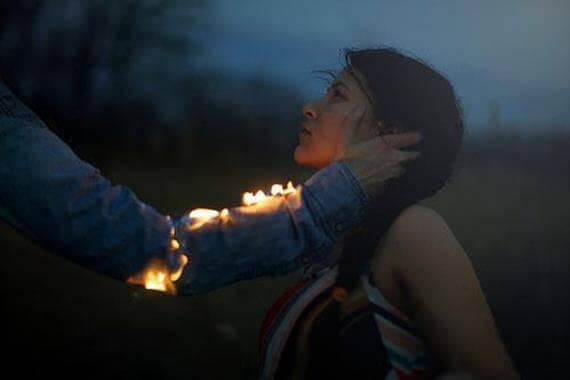 miehen käsi on tulessa