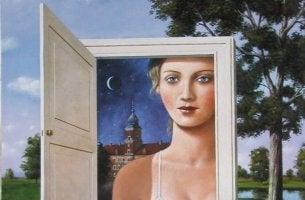 nainen avoimen oven takana