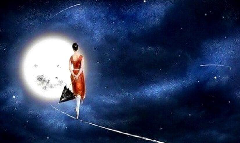 Nainen tanssii kuunvalossa