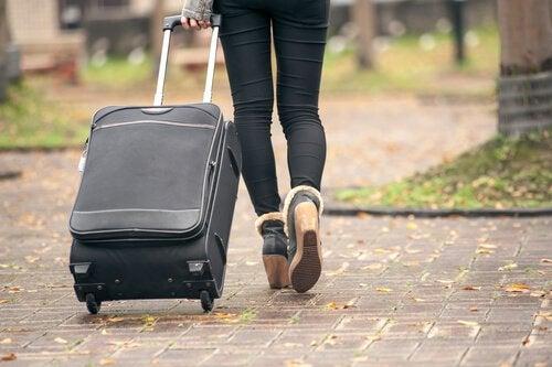 tyttö muuttaa pois kotoa
