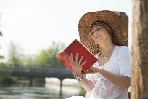 nainen nauttii lukemisesta