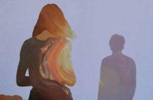 mies ja nainen seisovat kaukana toisistaan