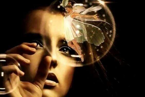 keiju kuplassa ja tyttö käy läpi vaikeiden aikojen