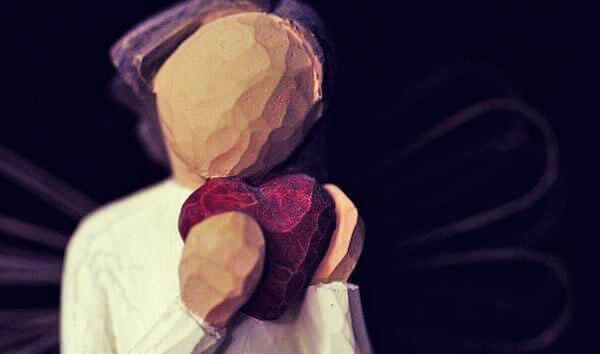 nainen halaa sydäntä