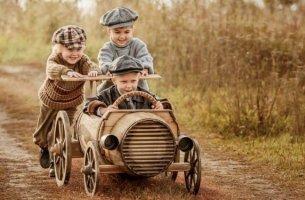 pojat leikkivät yhdessä