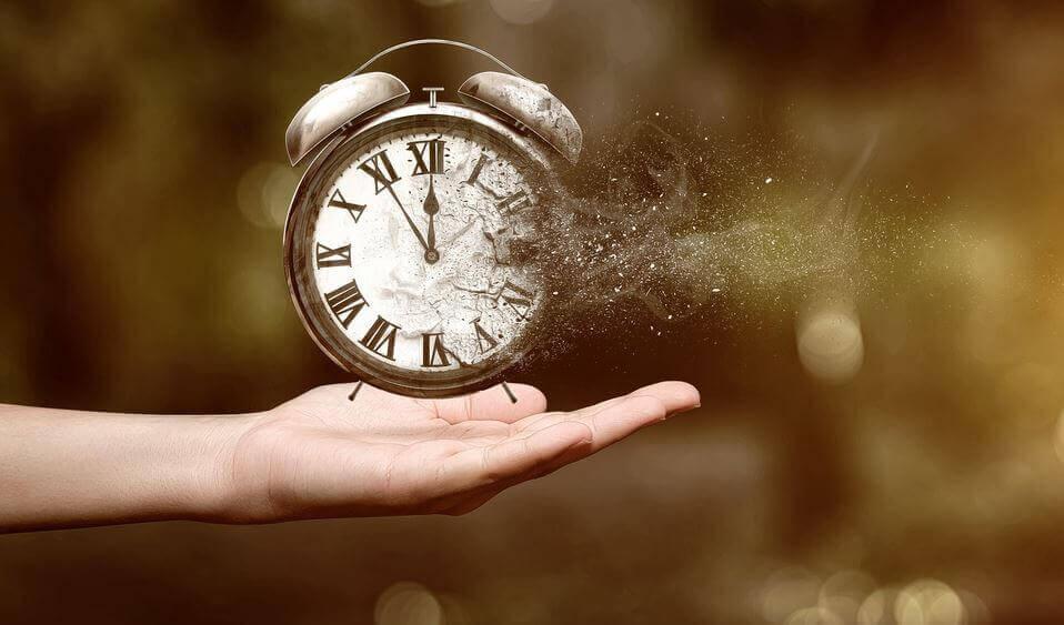 aika muuttaa kellon tuhkaksi