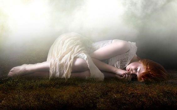 tyttö nukkuu maassa