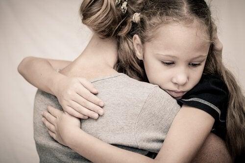 äiti ja tyttö halaavat