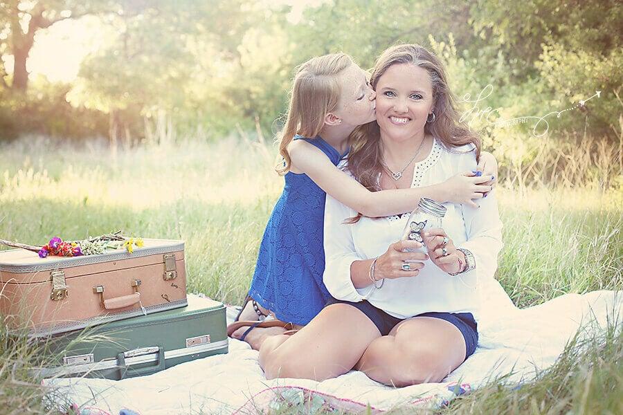 äiti ja tytär piknikillä