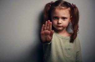 pieni tyttö sanoo ei enää