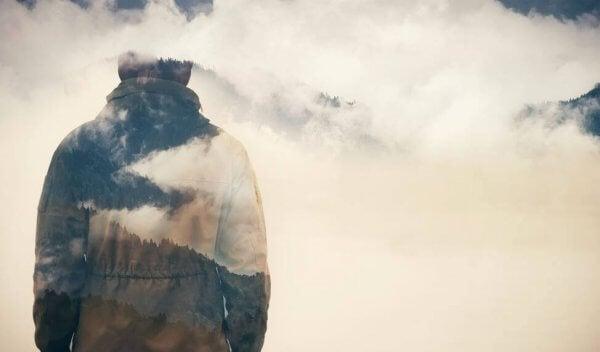 mies pilvien keskellä