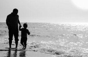 isä ja poika rannalla