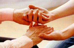vanhat kädet ja nuoret kädet