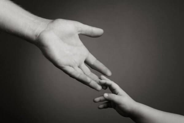 iso käsi ja pieni käsi