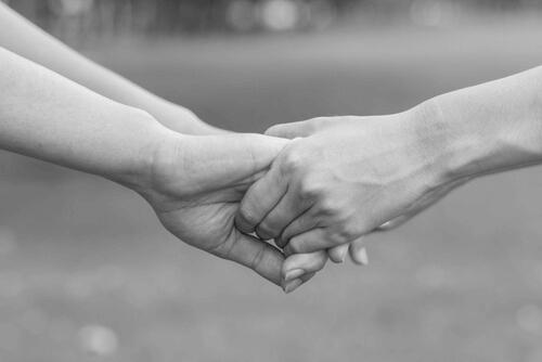 kädet pitävät toisistaan kiinni