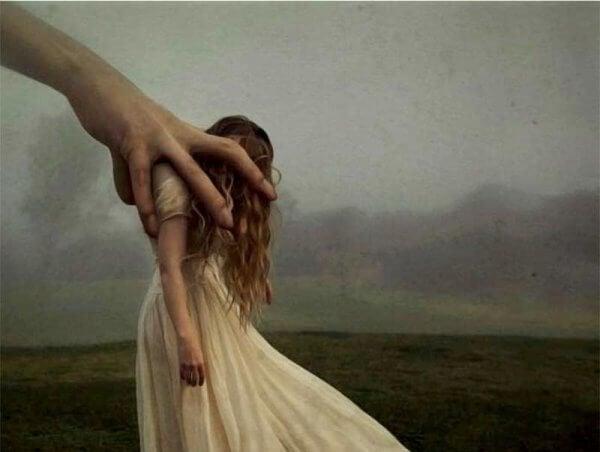 iso käsi vie naisen