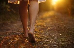 Tyttö kävelee paljain jaloin