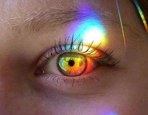 silmä ja sateenkaaren värit