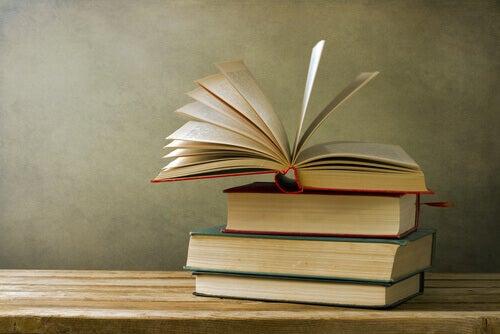 yksi kirjoista auki