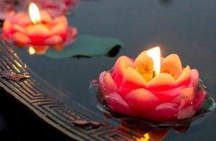 anna kynttilöiden soljua omaan tahtiinsa