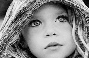 tytön suuret silmät