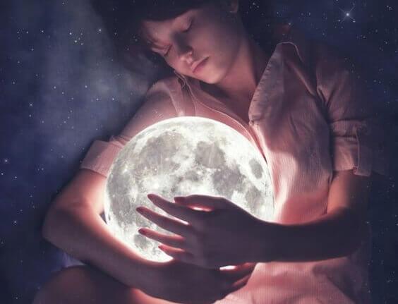 tyttö halaa kuuta